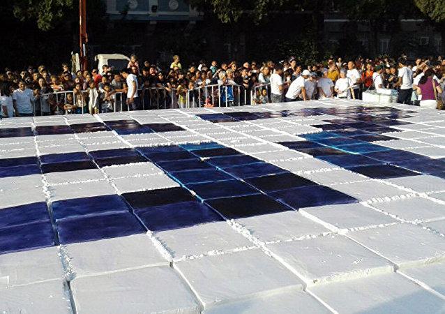 吉尔吉斯斯坦首都慈善活动期间吃掉面积约100平方米的蛋糕