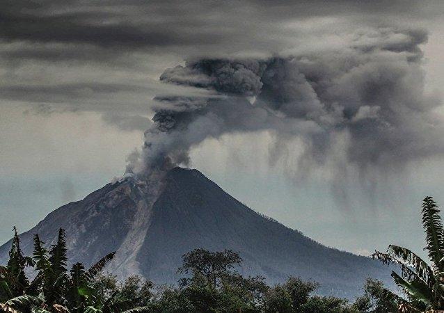 印尼龙目岛火山爆发/资料图片/