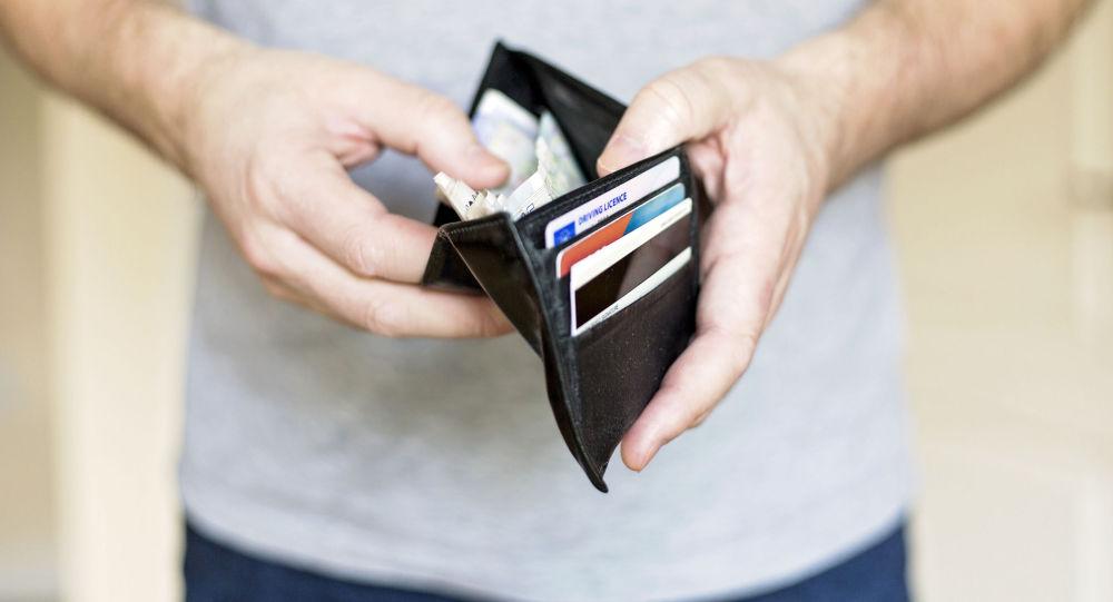 一个拿着钱包的人