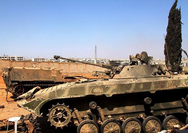 在强占叙利亚南部城市阿勒颇学校空袭中损毁的叙利亚政府军的步兵装甲车