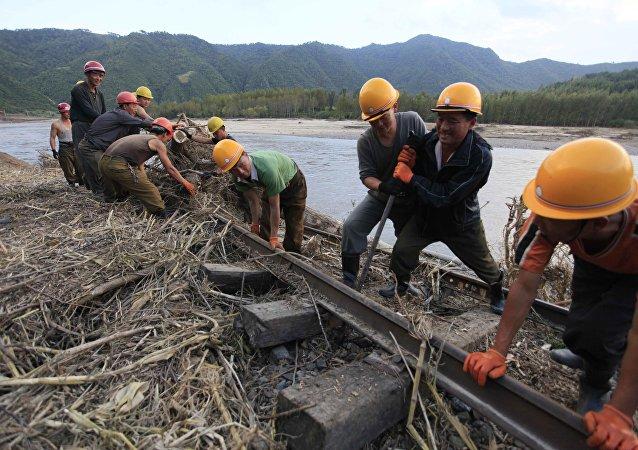 朝鲜工人正在修复因强洪水而损毁的铁路