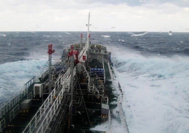 媒体:一艘载有450吨氢氧化钠的日本货船被拖至海岸