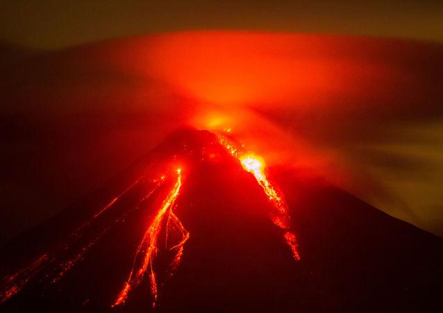 媒体:墨西哥科利马火山可能爆发300多人被紧急疏散