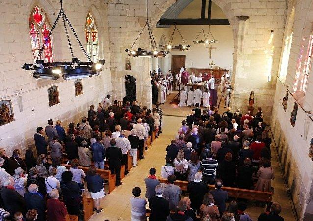 法国遭恐袭教堂重新开放