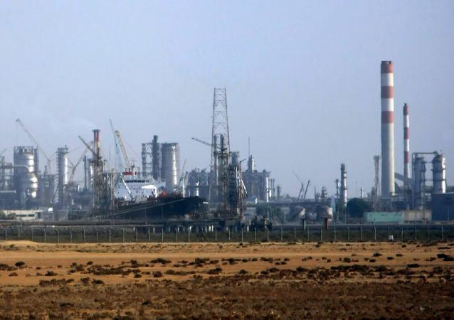 沙特两家炼油厂因无人机袭击而起火
