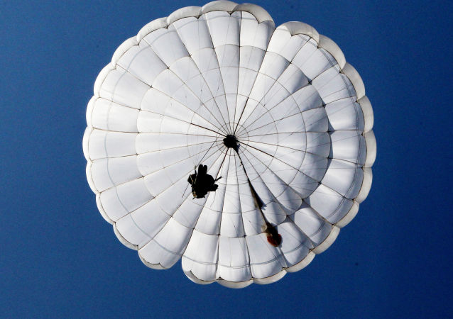 """俄罗斯伞兵在俄埃联合军演中将演练""""劲弩""""型降落伞系统"""