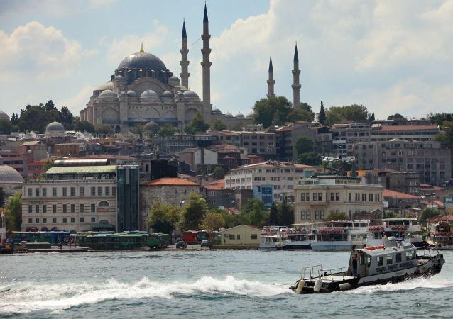 媒体:伊斯坦布尔妇女抗议穿传统服装的要求