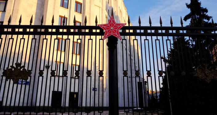 Красная звезда на ограде здания министерства обороны РФ в Москве
