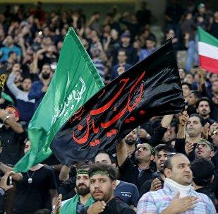 伊朗球迷挥舞宗教旗帜,以庆祝阿舒拉节