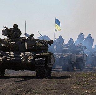 一名乌克兰士兵驾驶步兵战车向卢甘斯克人民警察投降