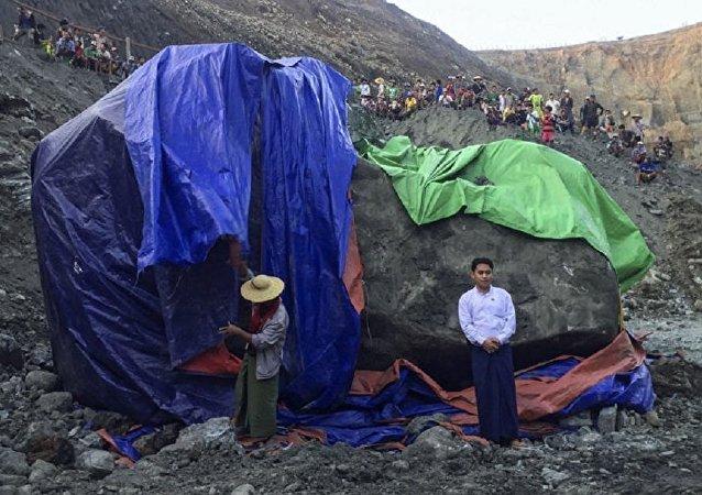缅甸发现一块巨型玉石