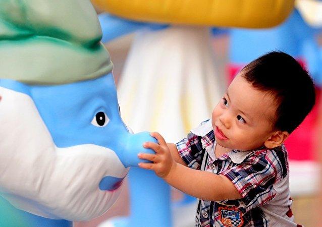 中国地方政府采取各种鼓励生育措施