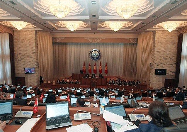 吉尔吉斯斯坦议会在讨论公投时发现没有原始宪法