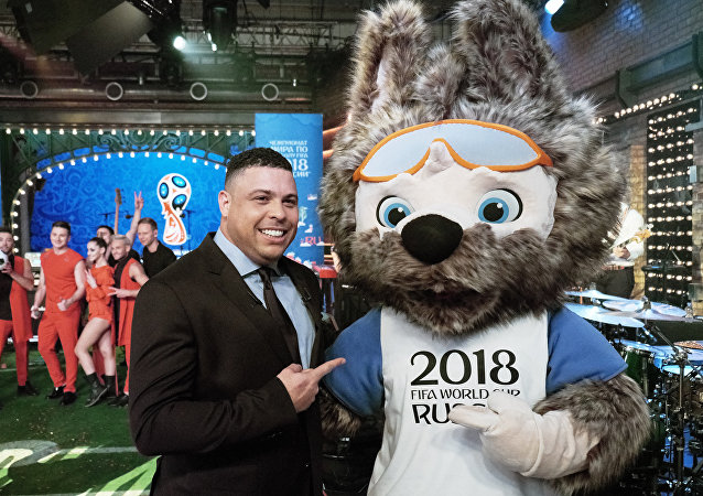 C罗和2018年俄罗斯足球世界杯吉祥物Zabivaka狼在一起