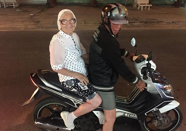 克拉斯诺亚尔斯克的89岁老太靠退休金周游世界