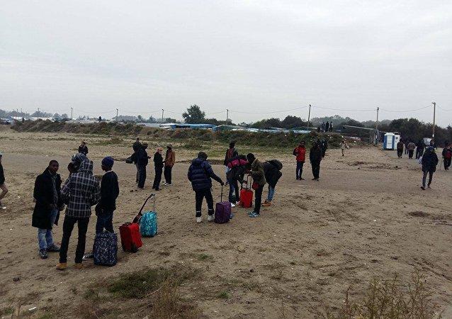 法国将在本周末前安置加莱难民营中所有无陪伴儿童