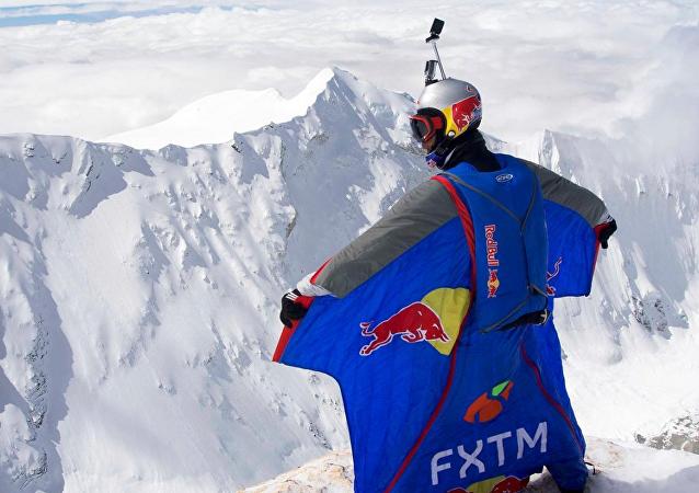俄罗斯定点跳伞狂人、登山运动员瓦列里 · 罗佐夫