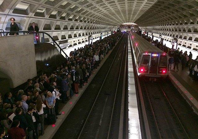 媒体:波士顿地铁乘客击碎车窗逃离冒烟车厢