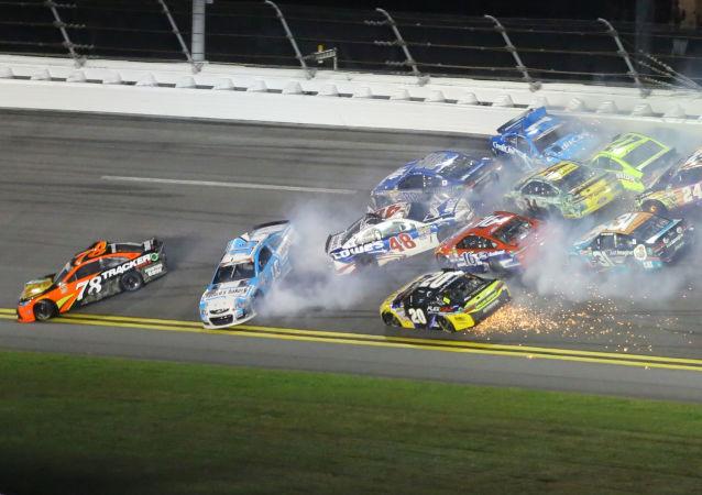 美国车赛后交通事故受伤人数增至22人
