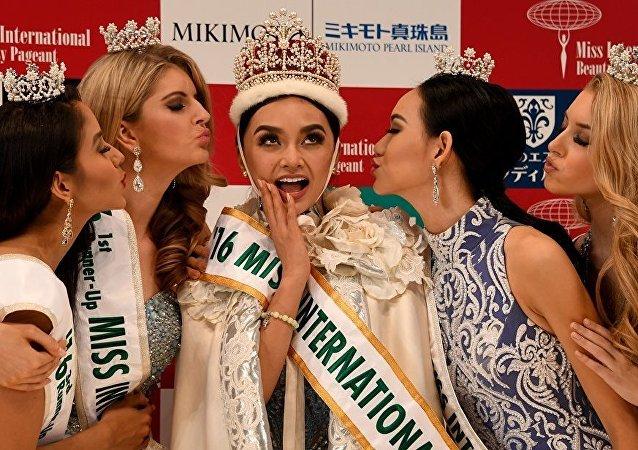 """""""国际小姐""""大赛冠军:菲律宾佳丽凯莉·贝尔索萨"""