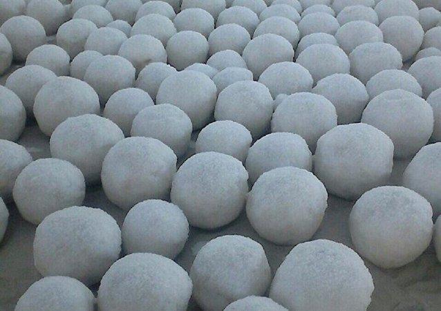 在亚马尔-涅涅茨自治区河岸出现了神秘雪球