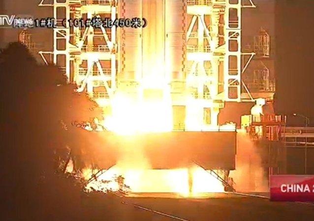 中国首枚大型运载火箭长征五号发射升空