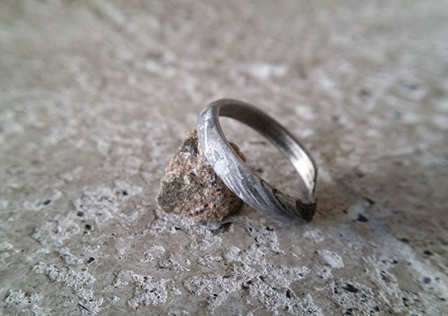 一纽约市民给自己的新娘打了一个陨石戒指