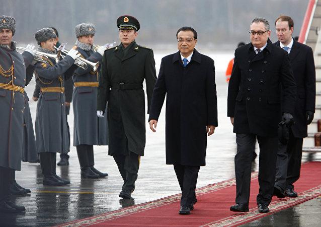 李克强抵达圣彼得堡参加俄中总理会谈