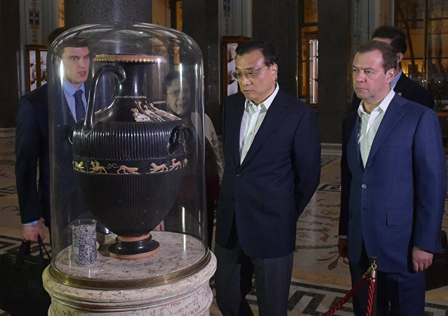 俄中两国总理参观圣彼得堡冬宫博物馆并欣赏馆藏品