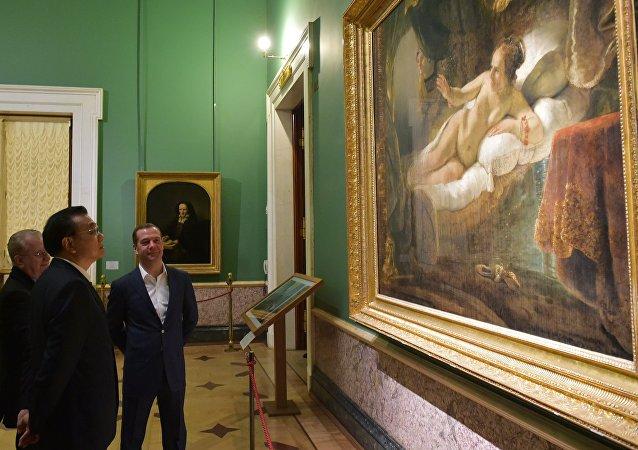 梅德韦杰夫与李克强在埃尔米塔日博物馆
