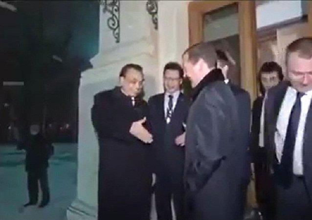 俄中两国总理风雪夜话别