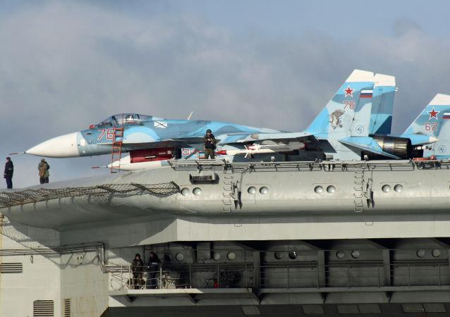 """俄国防部:""""库兹涅佐夫""""号航母舰载苏-33战机空袭消灭至少30名恐怖分子"""