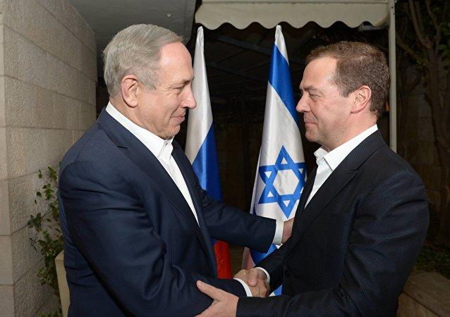 以色列总理在耶路撒冷官邸会见俄总理