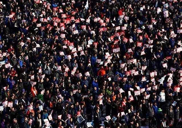 韩国近25万人举行反总统示威游行