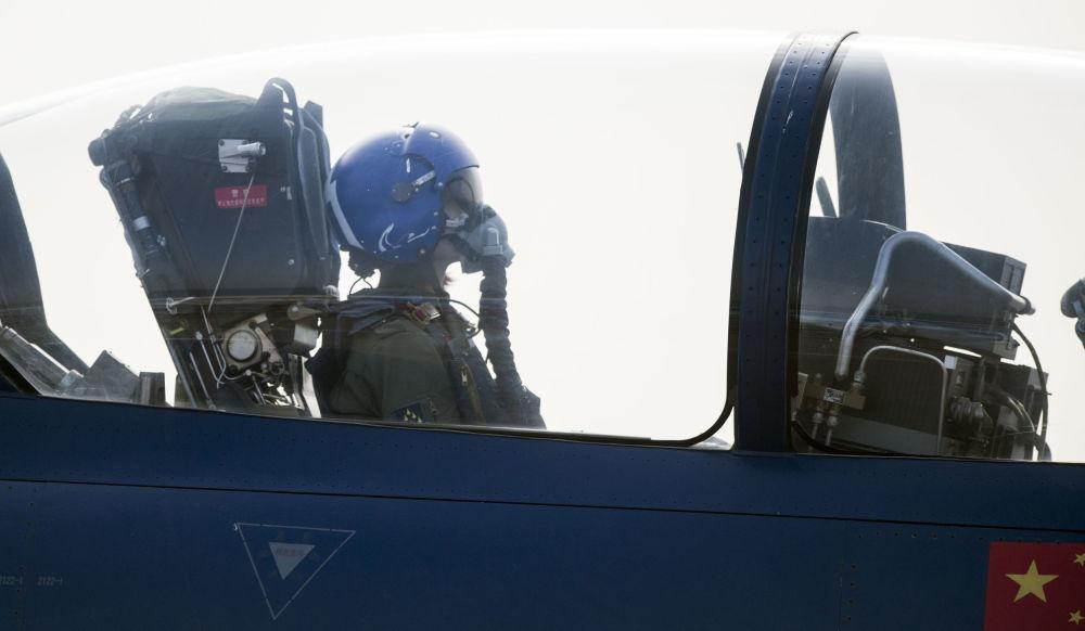 中国空军女飞行员余旭在歼-10战机起飞前