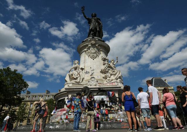 俄旅游运营商协会:巴黎2016年的外国游客人数因2015年11月的恐怖袭击减少200万人