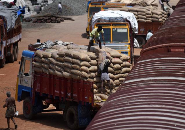 印度承运人警告由于货币改革而受到商品短缺的威胁