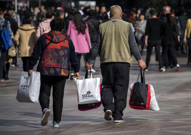Люди с покупками во время фестиваля глобальных распродаж Alibaba
