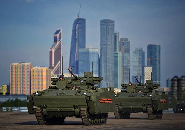 莫斯科一辆装甲运输车与货车相撞