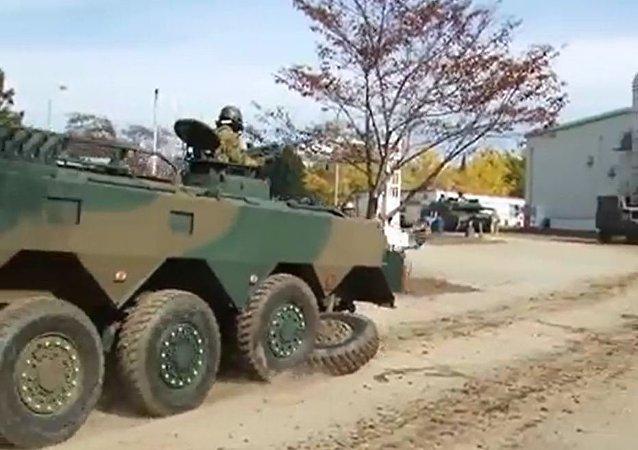 视频: 日本装甲运兵车在军事演示中丢掉一个轮子