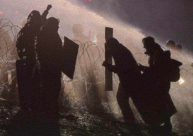 美国北达科他州警方用催泪瓦斯和水炮驱散抗议群众