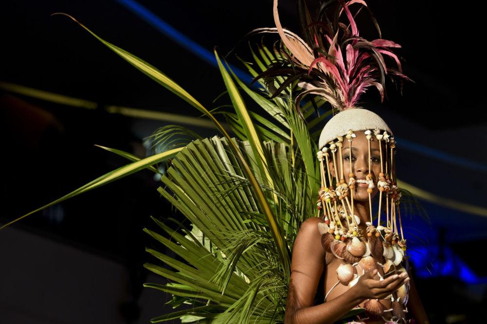 """哥伦比亚卡利镇生物时装秀展示的""""生态""""作品"""