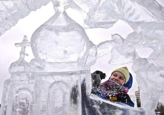 俄冰雕艺术家:黑河市中俄冰雕雪雕大奖赛促进中俄两岸友谊之情