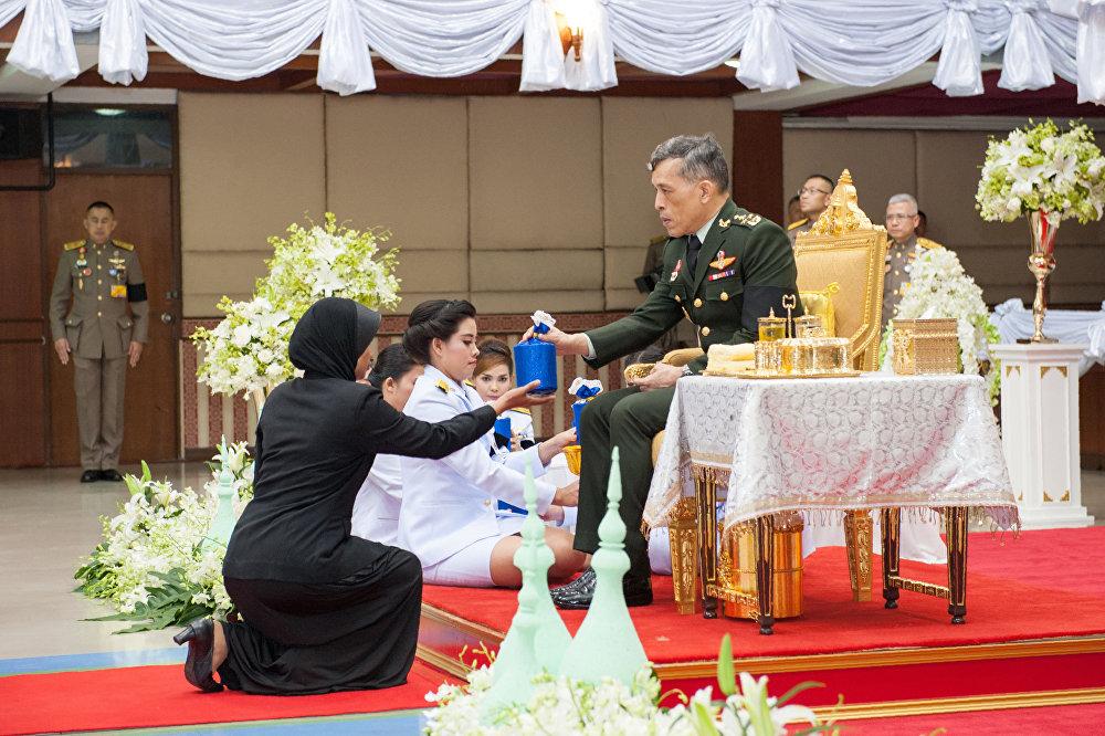 泰国王储玛哈·哇集拉隆功在北大年府为《古兰经》诵经大赛的优胜者颁奖
