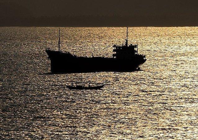 """中国国防部:中国海军""""玉林""""号导弹护卫舰成功解救遭海盗劫持货船"""