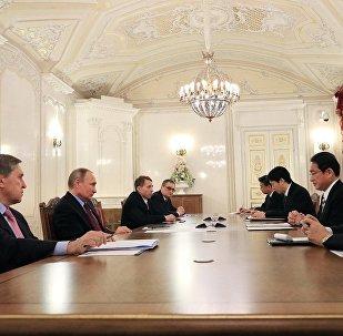 俄罗斯总统普京与日本外相岸田文雄