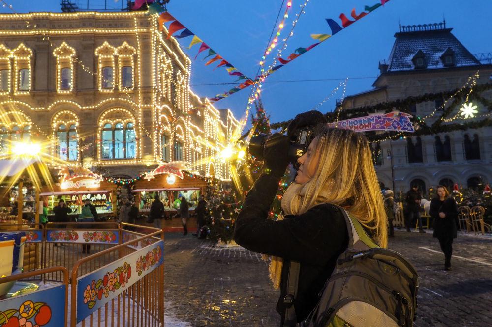 在逛莫斯科红场年货市场的女游客