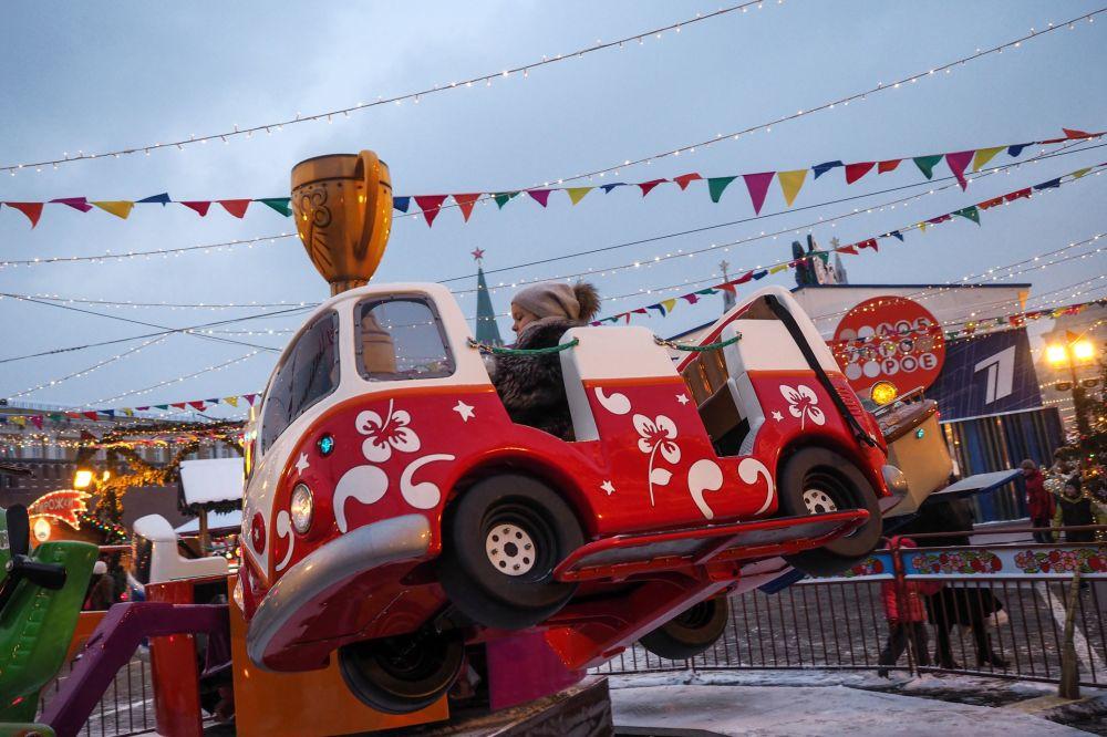 莫斯科红场上年货市场上的儿童游乐设施