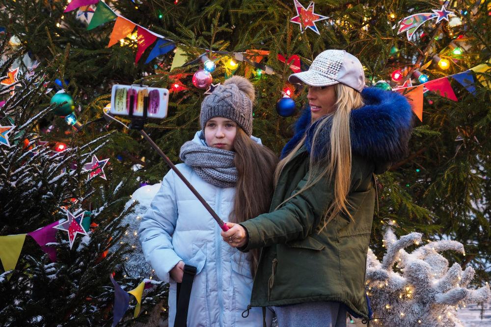 一对母子在红场圣诞树旁自拍
