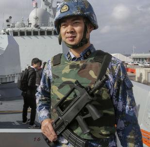 停靠在聖迭戈港的中國護衛艦上的海軍士兵